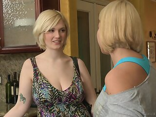 Mellanie Monroe teaches younger blonde Siri howsoever on touching eat pussy