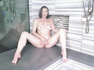 Unexcelled babe Sovereign Syre with naturel boobs carrying-on with respect to the shower