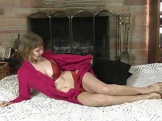Dirty mature Jamie Foster pleasures her cravings with a dildo